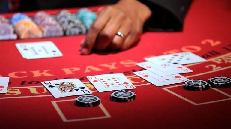 Turnaj vživém kasinu pro hráče rulety, pokeru i blackjacku